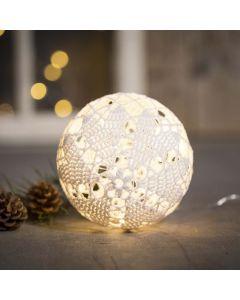 Una pallina luminosa all'uncinetto con filo di cotone