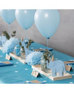 Decorazioni per battesimo con animali in legno, tovaglioli piegati, manu in cartoncino, pom poms e palloncini ad elio