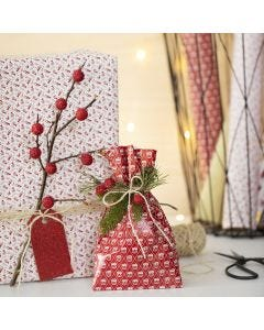 Confezione regalo di Natale con un ramoscello e bacche artificiali
