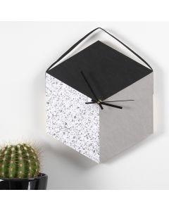 Orologio da muro con un vassoio e carta in finta pelle