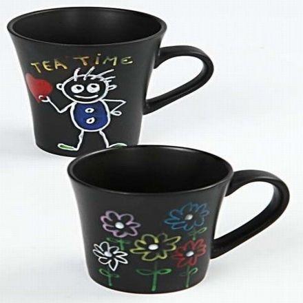 Disegni con pennarelli per vetro e porcellana su tazze nere