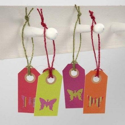 Farfalla ritagliata da carta a motivi su un'etichetta manila