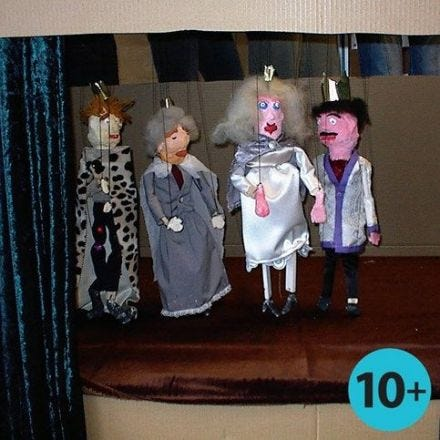 Marionette fatte con strisce di legno e benda gesso