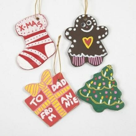 Decori di Natale in argilla realizzati con formine per biscotti
