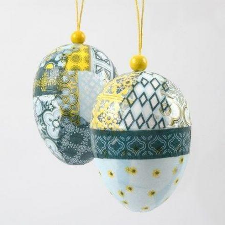 Uova decoupage da appendere con una perlina di legno
