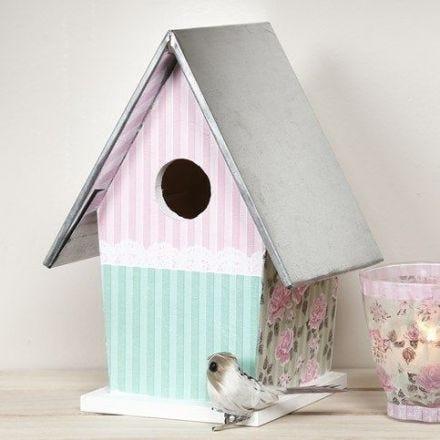 Casetta per gli uccelli colorata e decorata con decoupage, con tetto in zinco