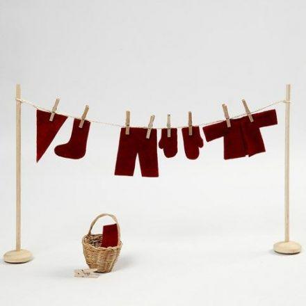 Stendibiancheria in miniatura con i vestitini dell'Elfo