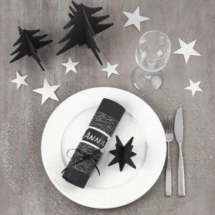 Decorare una tavola di Natale nera e argento