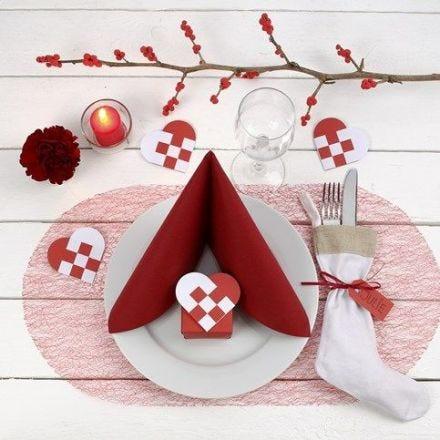 Decorare una tavola di Natale rossa e bianca