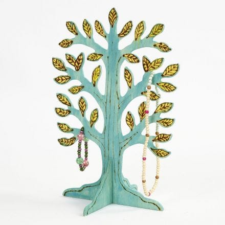 Un albero con base con dettagli incisi e pitturati