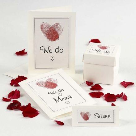 Invito a un matrimonio e decorazioni per la tavola con cuori di impronte digitali