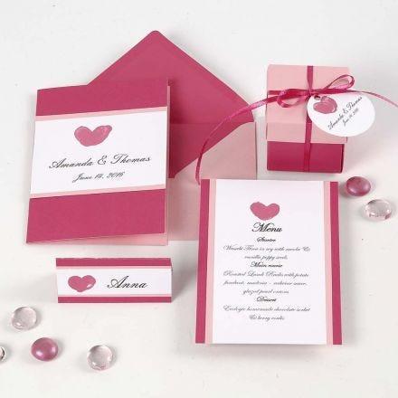 Invito, segnaposto, menu e decorazioni per la tavola rosa e rosati