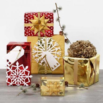 Confezionamento con carta da regalo e decorazioni scintillanti