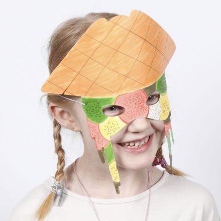 Una maschera in cartoncino decorata con i pennarelli