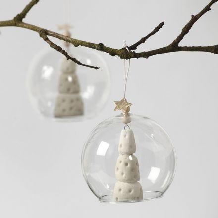 Albero di Natale in argilla bianca dentro a una sfera in vetro senza basamento