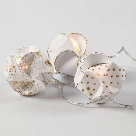 Lucine LED con palline autoassemblanti decorate con colla glitter dorata