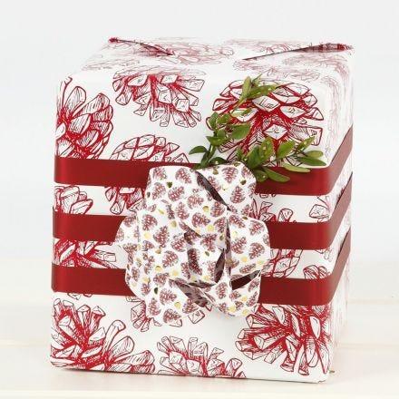 Confezione regalo con grande fiocco ottenuto da strisce di carta per stelle