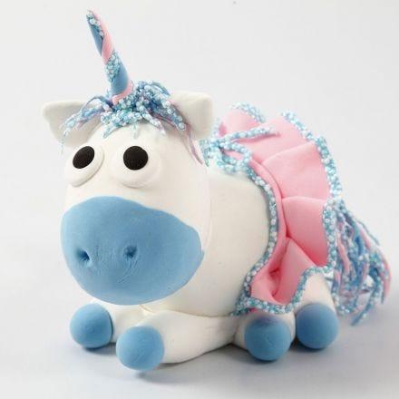 Un unicorno in Silk Clay con gonna