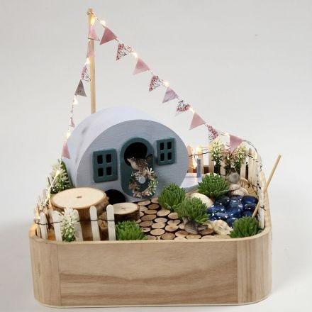 Un campeggio in miniatura in un vassoio