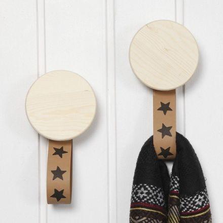 Gancio in legno con cinturini in carta di finta pelle