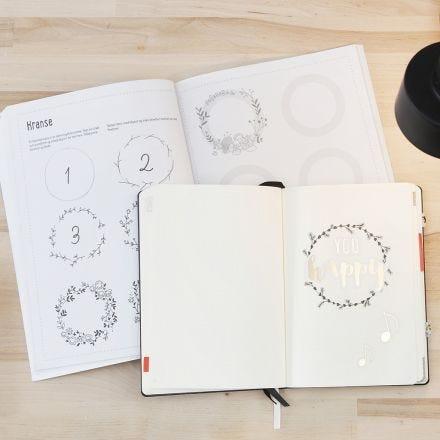 Un Bullet Journal con il supporto di un quaderno