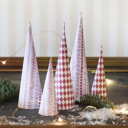 Alberi di Natale a forma di cono in carta fantasia