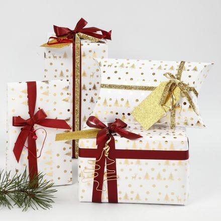 Confezione regalo natalizia bianca e oro decorata con nastro e forme di filo bonsai