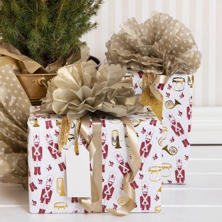 Confezione regalo natalizia con pom-pom di carta velina