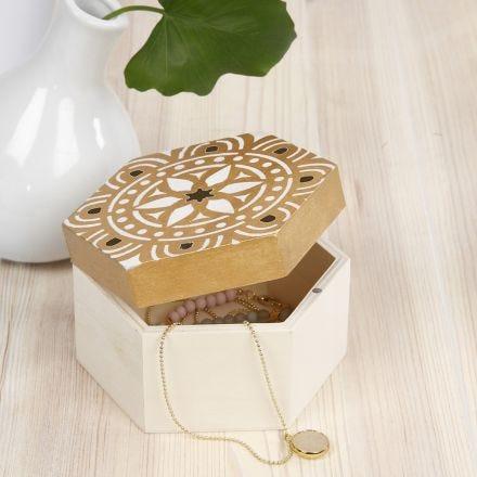 Una scatola di legno decorata con stencil a motivo etnico
