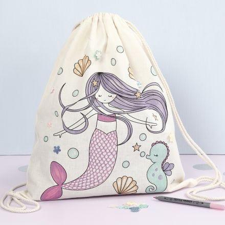 Borsa con chiusura a cordoncino con fantasia a sirena prestampata decorata con pennarelli per stoffa e lustrini