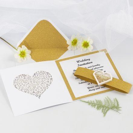 Partecipazione nuziale con carta fantasia dorata glitter e shaker sticker a forma di cuore