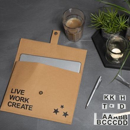 Borsa in carta di finta pelle decorata con stickers da sfregare