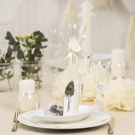 Decori da tavola bianco sporco con fiori di carta, palloncini, tovagliolo piegato e segnaposto