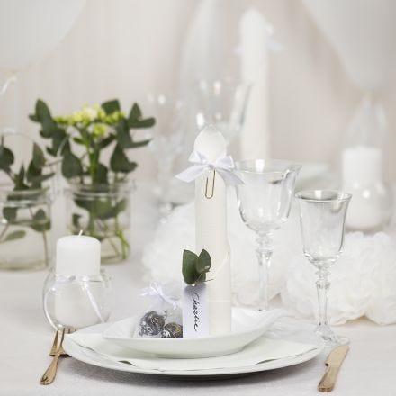 Decori da tavola bianchi con fiori di carta, palloncini, tovagliolo piegato e segnaposto
