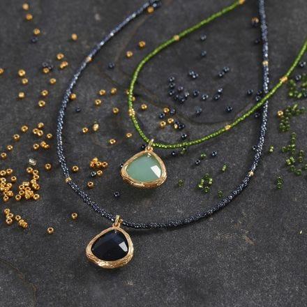 Collana di perline rocaille con gioiello pendente in cristallo