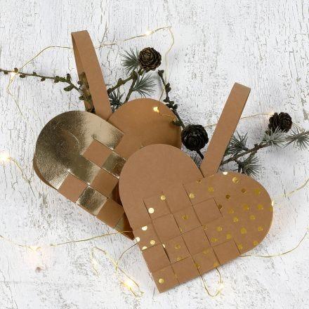 Cestino natalizio intrecciato a forma di cuore in carta finta pelle