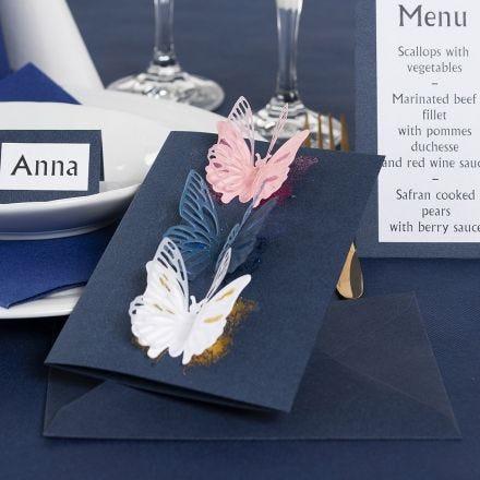 Un invito con farfalle fustellate e pellicola decorativa