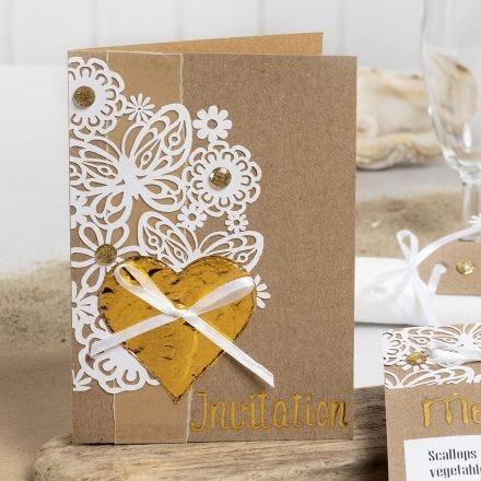 Invito decorato con carta motivo pizzo, cuori in pellicola decorativa e brillantini