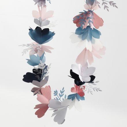 Una ghirlanda di fiori realizzata con cartoncino e carta pergamena