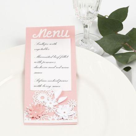 Menù con cartoncino a motivo in pizzo e fiori fustellati