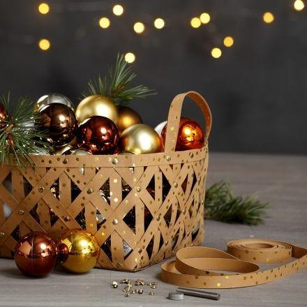 Un cestino con strisce per stelle in carta finta pelle e rivetti