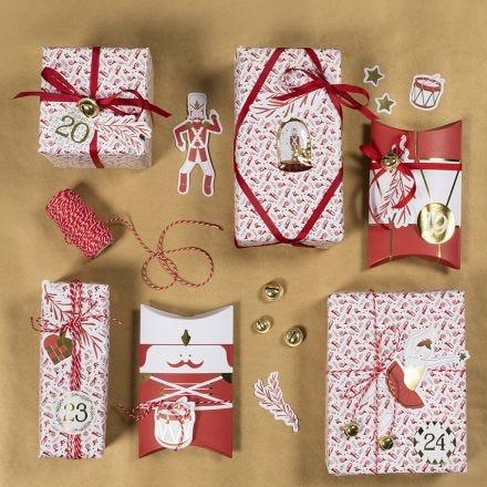 Confezioni natalizie con stickers dello schiaccianoci e ritagli di carta fantasia