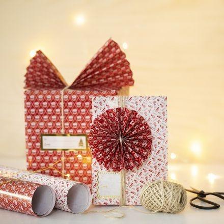 Confezione regalo con ventagli e coccarde di carta
