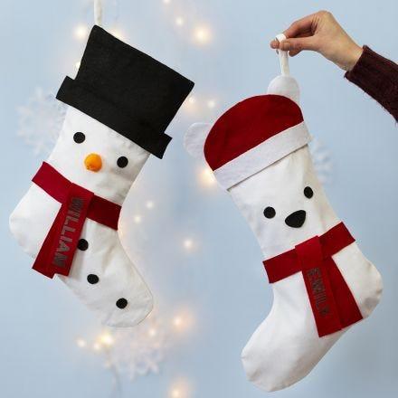 Una calza di Natale decorata come un pupazzo di neve e un orso polare