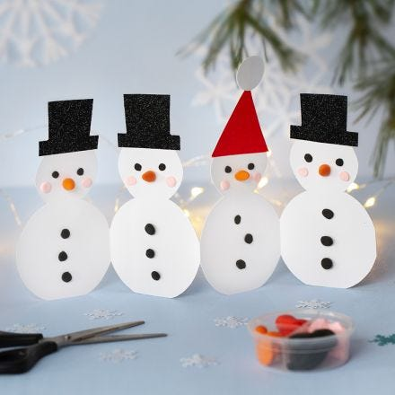 Una fila di pupazzi di neve decorati con Silk Clay