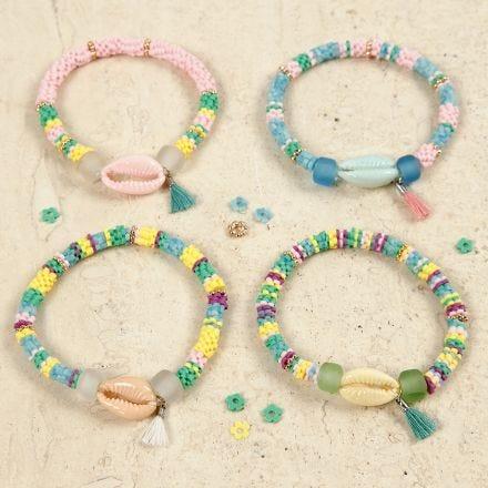 Braccialetti con conchiglie colorate e nappina