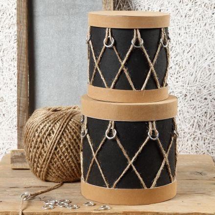 Scatole in cartapesta decorate come tamburi con carta finta pelle, anelli di plastica e spago