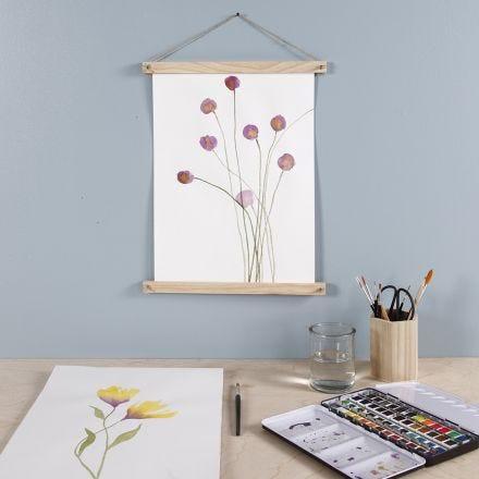 Un fiore viola dipinto con acquerelli e appeso con ganci per poster