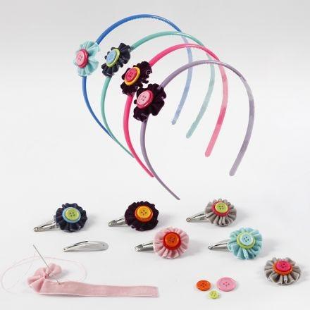 Accessori per capelli con fiori realizzati in nastro di velluto e bottoni