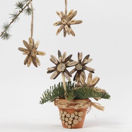 Stelle di Natale con dischi di legno decorate con colla glitter